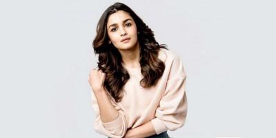 Alia Bhatt Sangkal Akan Nikah Desember 2020