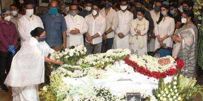 Soumitra Chatterjee Dikremasi dengan Penghormatan Militer di Kolkatta