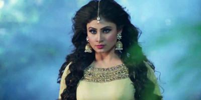 """Mengenal Lebih Dekat Sosok Mouni Roy Jelmaan Ular Shivanya dalam Serial """"Naagin"""""""
